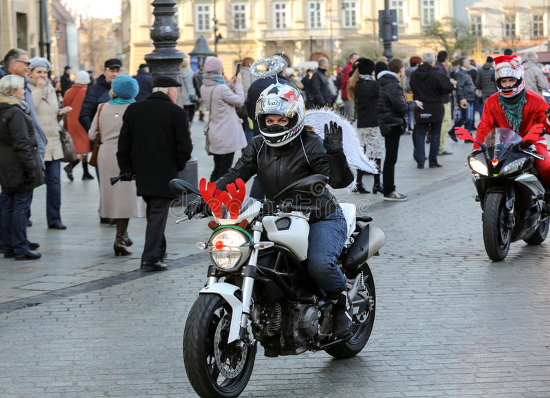 A parada de Santa Clauses em motocicletas em torno do mercado principal em Cracow fotografia de stock