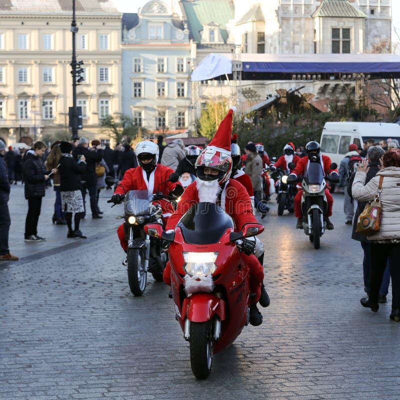 A parada de Santa Clauses em motocicletas em torno do mercado principal em Cracow foto de stock