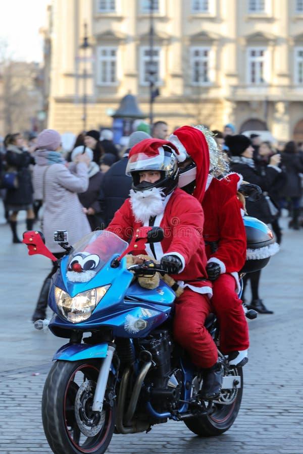 A parada de Santa Clauses em motocicletas em torno do mercado principal em Cracow imagem de stock royalty free