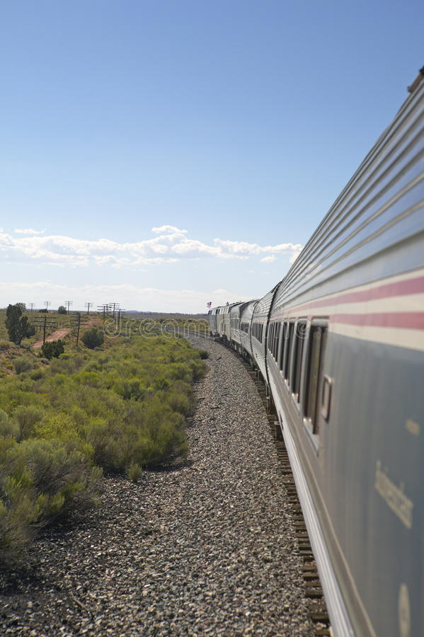 Parada de silbido Kerry Express a través del tren de América que se mueve con el paisaje, sudoeste americano fotografía de archivo libre de regalías