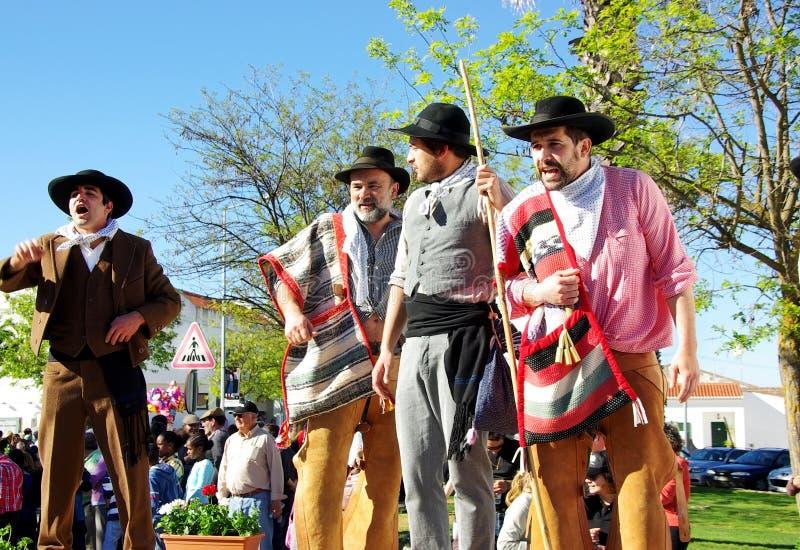 Parada de ternos tradicionais, vila de Serpa. imagens de stock royalty free