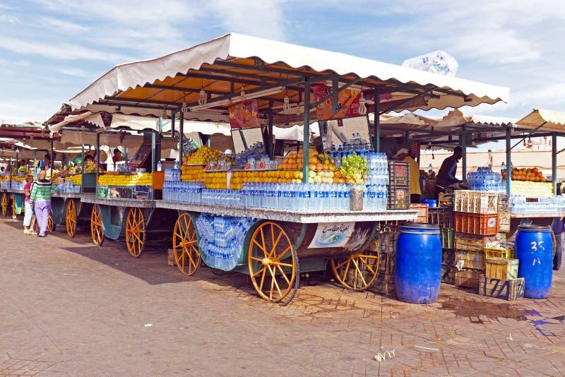 Parada del mercado con las frutas en Marrakesh Marruecos imagen de archivo