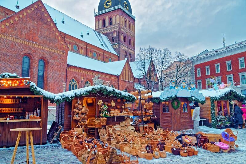 Parada del mercado de la Navidad con los recuerdos de la cesta de la paja exhibidos para fotografía de archivo libre de regalías