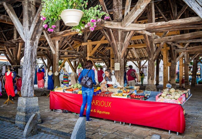 Parada del mercado debajo del pasillo medieval del mercado con la piedra caliza masiva Nolay admitido tejado, Borgoña, Francia fotos de archivo