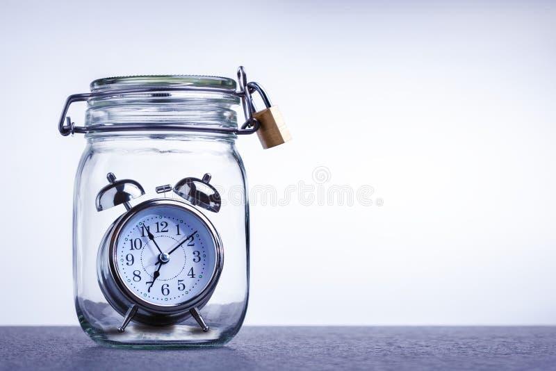 Parada del tiempo, concepto de la protección con el despertador Fuera de concepto de la voluntad foto de archivo