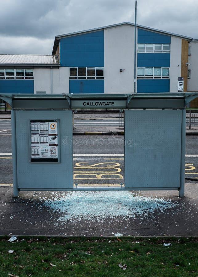 Parada do ônibus com vidro quebrado fotografia de stock