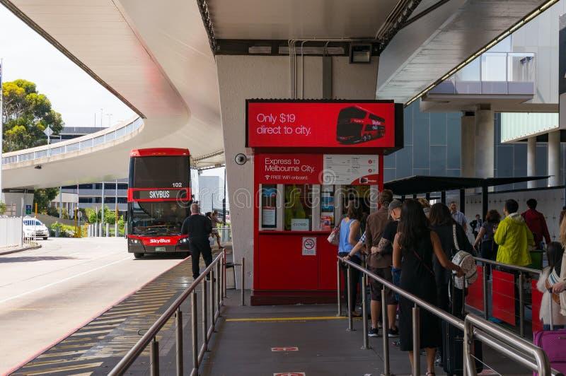 Parada do ônibus de Skybus com bilheteira e povos em uma fila em Melb fotos de stock