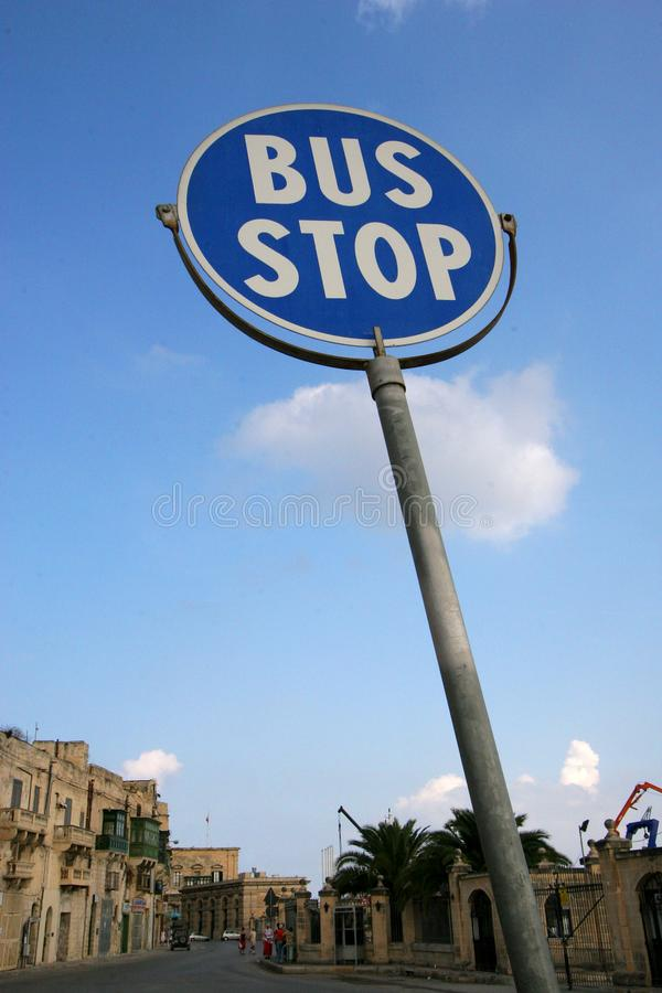 A parada do ônibus de Valletta assina dentro o azul imagem de stock