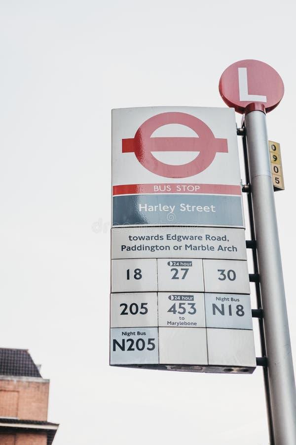 Parada do ônibus em Harley Street, Londres, Reino Unido imagens de stock