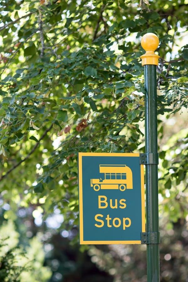A parada do ônibus rural assina dentro o close-up Cargo amarelo e verde imagens de stock royalty free