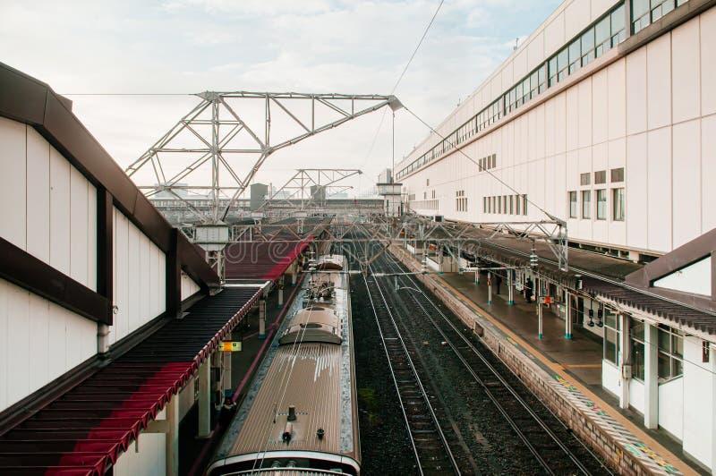 Parada do comboio JR Commuter na estação de Koriyama Imagem de visualização aérea imagem de stock