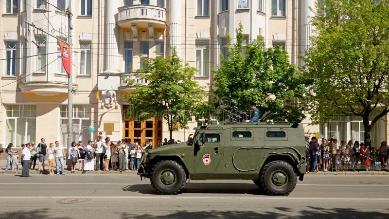 Parada do equipamento militar em honra de Victory Day Rua de Bolshaya Sadovaya, Rostov-On-Don, Rússia 9 de maio de 2013 imagens de stock royalty free