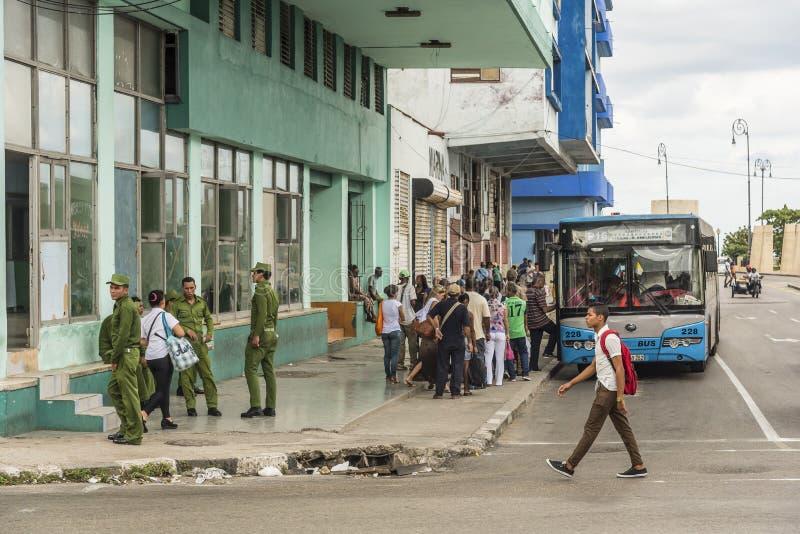 Parada do ônibus com povos Havana imagem de stock royalty free