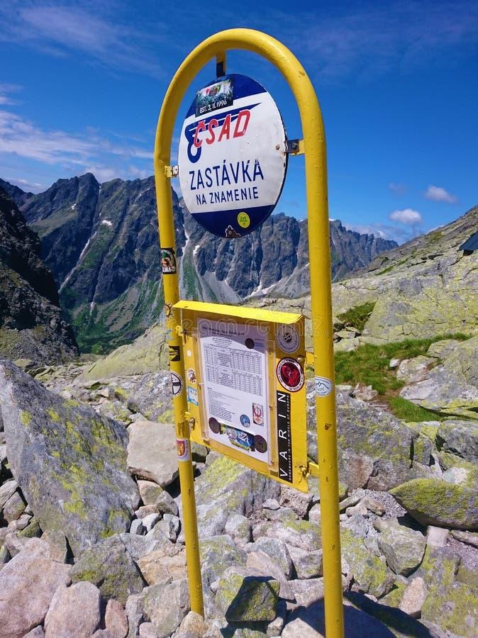 Parada do ônibus nas montanhas - Tatras alto, Rysy, Eslováquia imagem de stock