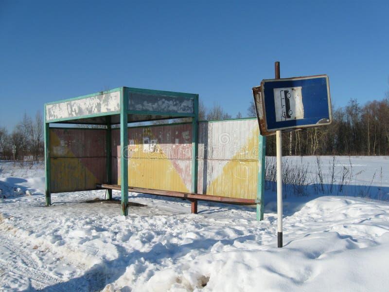 Parada do ônibus velha no inverno fotos de stock