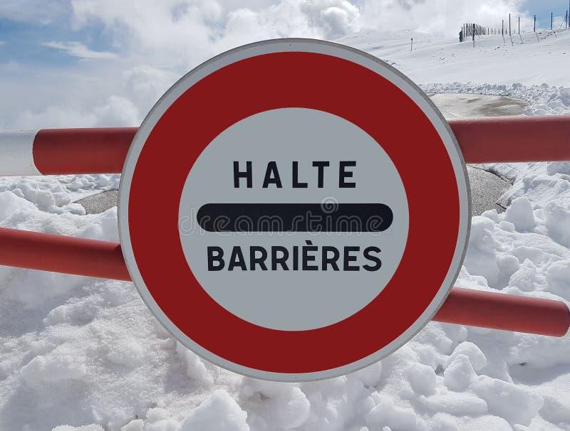 Parada do sinal de estrada Advertência do perigo nas montanhas Retirada da avalancha O perigo na montanha neve-tampada cobre entr imagens de stock