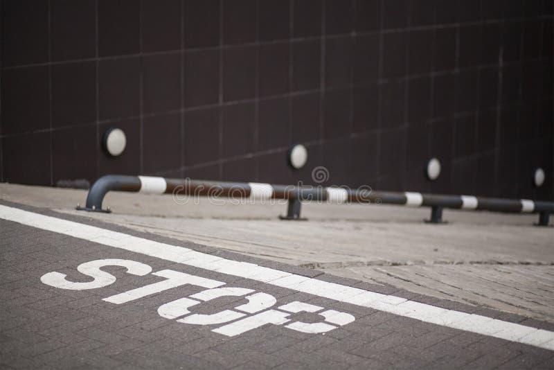 Parada do sinal na terra foto de stock