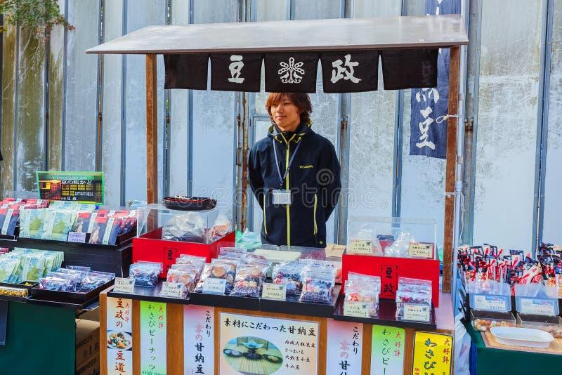 Parada dulce japonesa en el templo de Kinkaku-ji fotografía de archivo