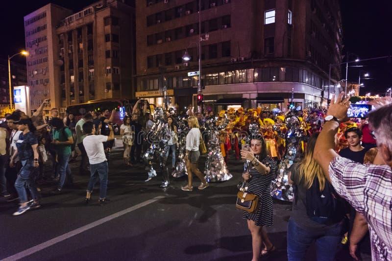 Parada durante o B-FIT no festival da rua, um evento que envolva os artistas internacionais, que executam na rua foto de stock