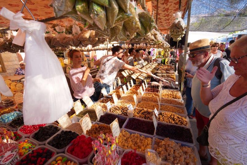 Parada española ocupada y colorida del mercado Velez Málaga imagenes de archivo