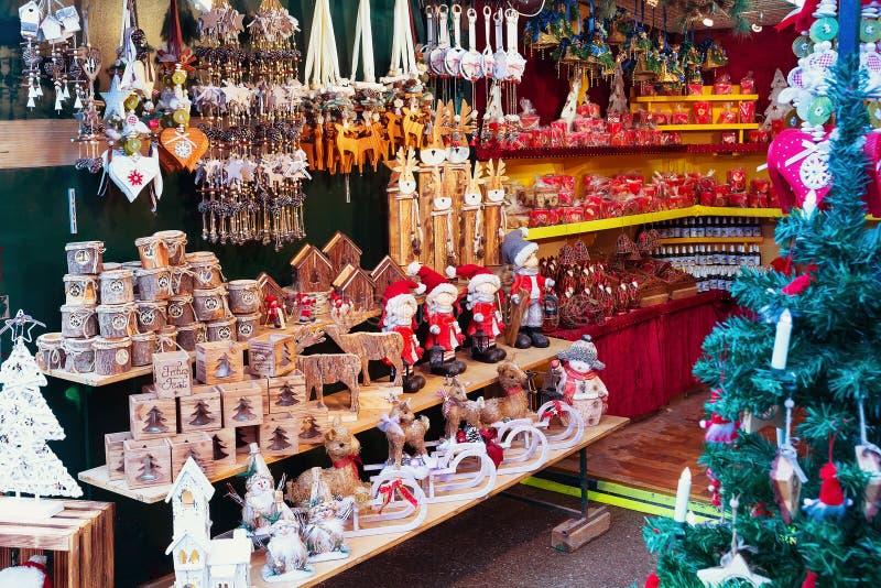 Parada europea del mercado de la Navidad con diversos regalos imágenes de archivo libres de regalías