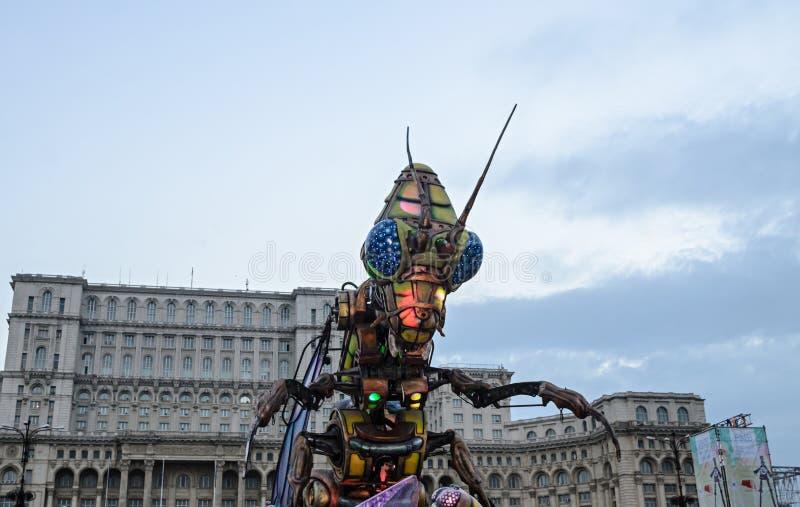A parada exterior da cidade, carnaval com luz coloriu o erro bonde fotografia de stock