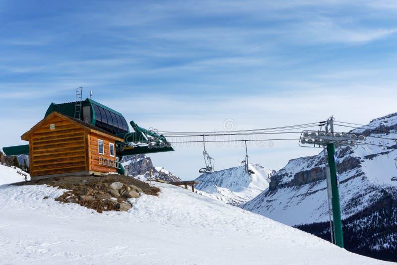 Parada final de um elevador de esqui no canadense Montanhas Rochosas com elevador de cadeira fotografia de stock