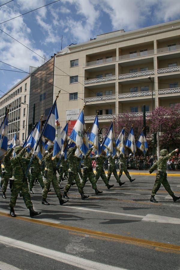 Parada grega do Dia da Independência - bandeiras do exército imagens de stock