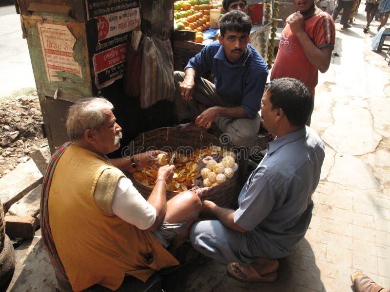 Parada móvil que vende el zumo de fruta en la calle en Kolkata imagen de archivo libre de regalías