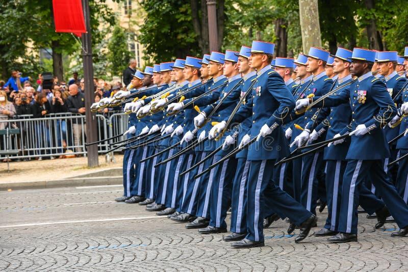 Parada militar (desfile) durante o ceremonial do dia nacional francês, avenida de Elysee dos campeões imagem de stock