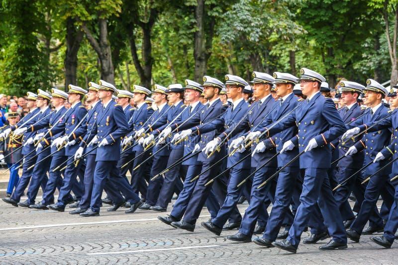 Parada militar (desfile) durante o ceremonial do dia nacional francês, avenida de Elysee dos campeões foto de stock royalty free