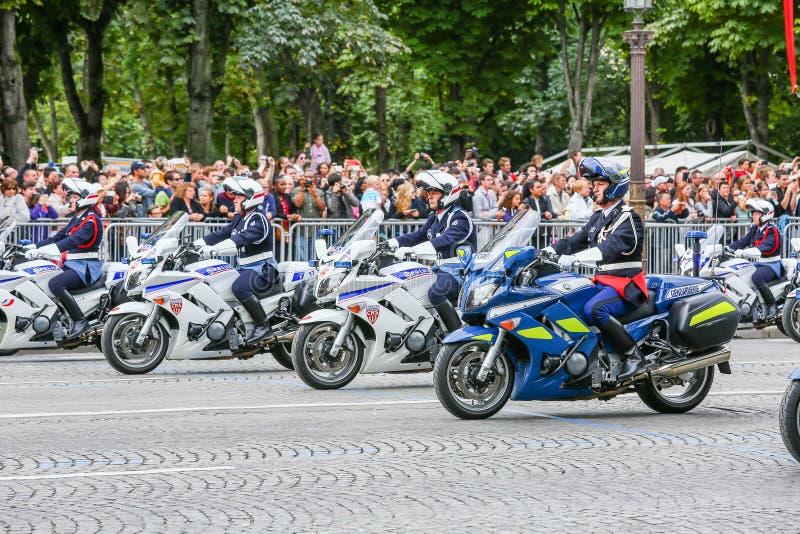 Parada militar (desfile) durante o ceremonial do dia nacional francês, avenida de Elysee dos campeões fotos de stock royalty free