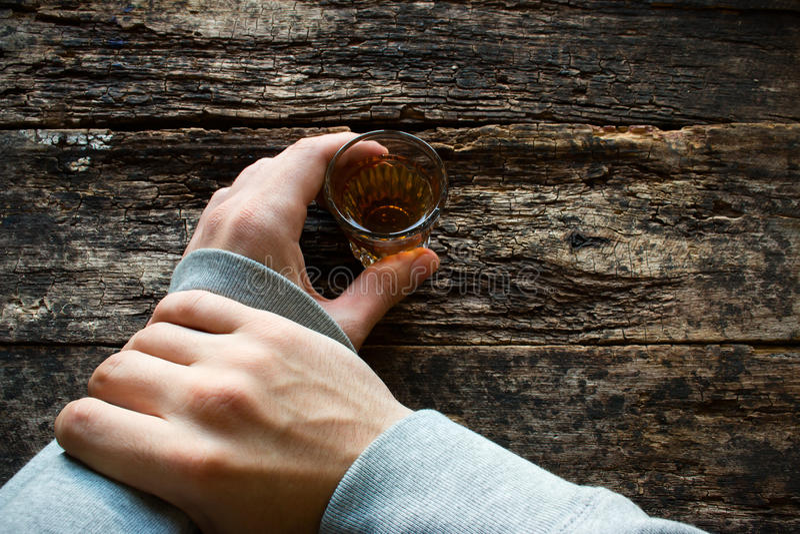 Parada misma del hombre para no beber el alcohol imagen de archivo