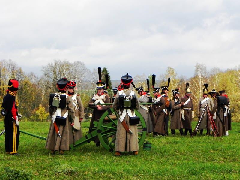 Parada oddzia?y wojskowi w starej formie Oddzia?y wojskowi 1812 walcz? na pole bitwy Szczeg??y w g?r? i obraz stock