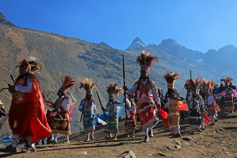 Parada przy Quyllurit& x27; inka festiwal w peruvian Andes zbliżam ausangate górę fotografia stock
