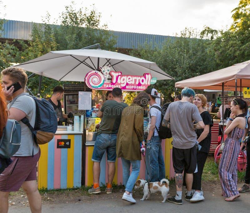 Parada tailandesa del helado en el festival del fin de semana del atlas Kiev, Ucrania imagen de archivo