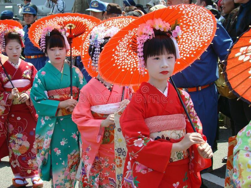 Parada tradicional anual da gueixa em Japão imagem de stock
