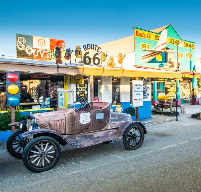 Parada turística del coche viejo del borde de la carretera de Seligman Arizona a lo largo de Route 66 fotos de archivo libres de regalías