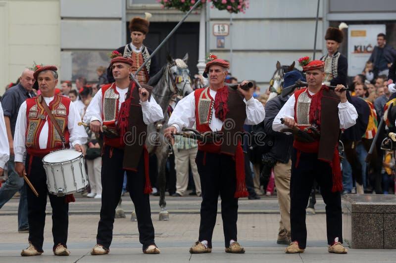 Parada 70 uczestników, dwadzieścia koni i czterdzieści członków orkiestra marsszowa, ogłaszał następni 300 Alka zdjęcie stock