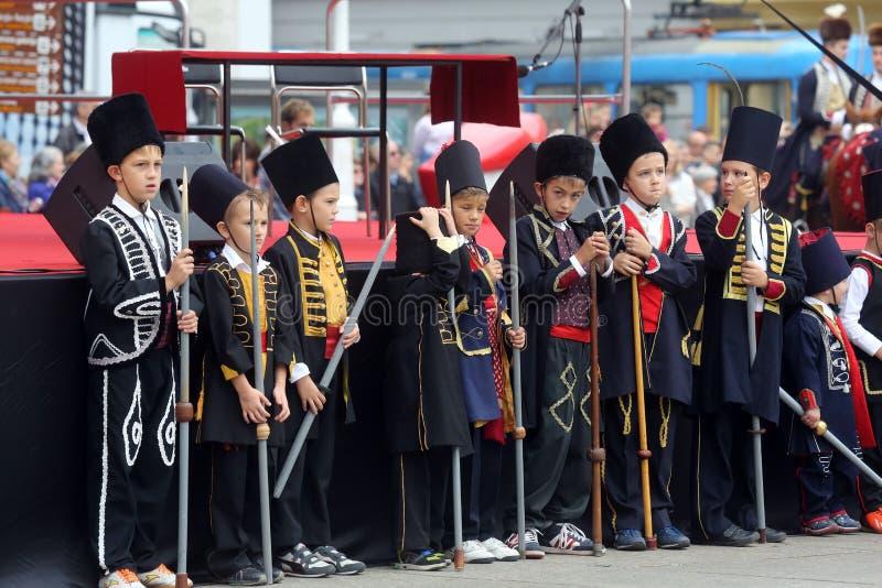 Parada 70 uczestników, dwadzieścia koni i czterdzieści członków orkiestra marsszowa, ogłaszał następni 300 Alka zdjęcie royalty free