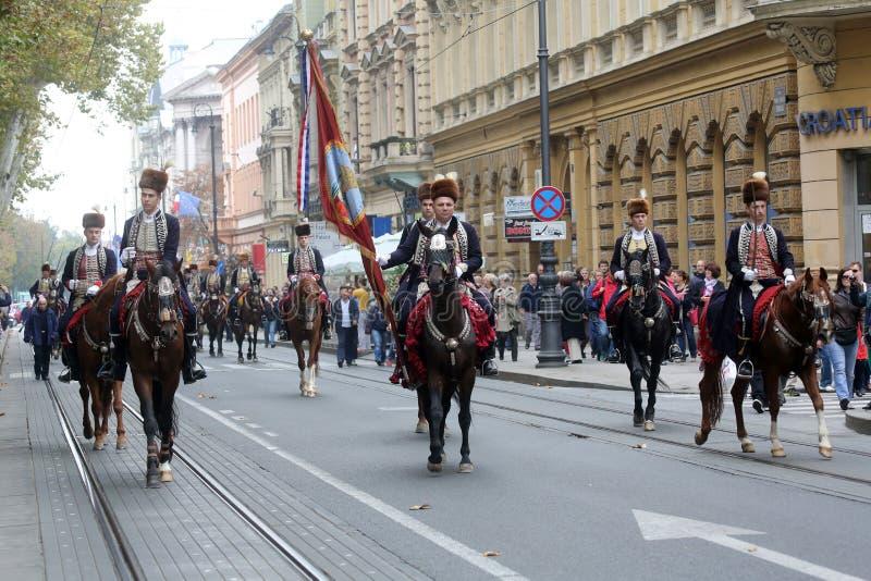 Parada 70 uczestników, dwadzieścia koni i czterdzieści członków orkiestra marsszowa, ogłaszał następni 300 Alka obraz royalty free