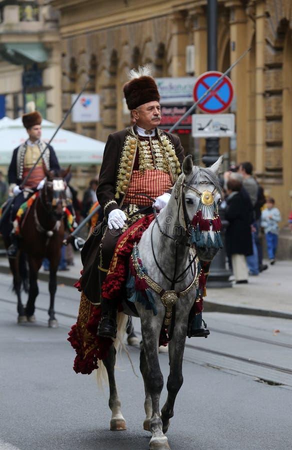 Parada 70 uczestników, dwadzieścia koni i czterdzieści członków orkiestra marsszowa, ogłaszaliśmy następni 300 Alka fotografia royalty free