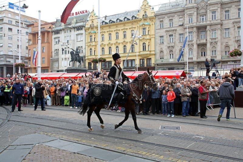 Parada 70 uczestników, dwadzieścia koni i czterdzieści członków orkiestra marsszowa, ogłaszaliśmy następni 300 Alka obraz stock