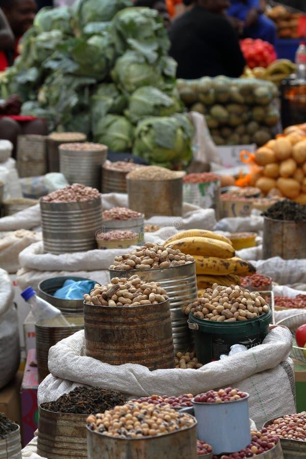 Parada y venta del mercado en el mercado callejero de Bulawayo en Zimbabwe fotos de archivo libres de regalías
