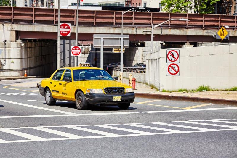 Paradas amarillas del taxi en el paso de cebra foto de archivo libre de regalías