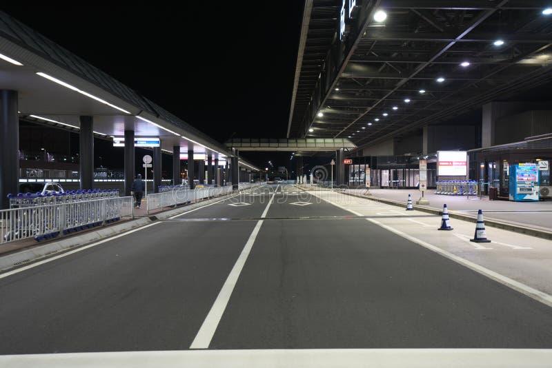 Paradas de autobús del piso del terminal de aeropuerto internacional de Narita terceras 2 en la noche fotografía de archivo