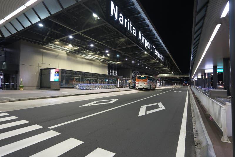 Paradas de autobús del piso del terminal de aeropuerto internacional de Narita terceras 2 en la noche imagenes de archivo