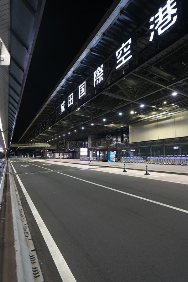 Paradas de autobús del piso del terminal de aeropuerto internacional de Narita terceras 2 en la noche fotos de archivo