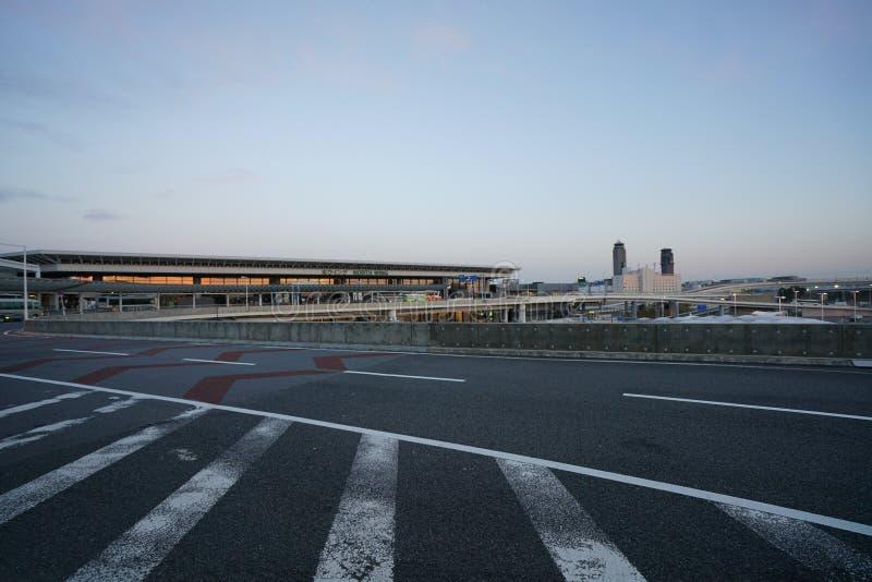 Paradas de autobús del piso del terminal de aeropuerto internacional de Narita terceras 1 temprano por la mañana imagenes de archivo