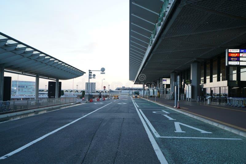 Paradas de autobús del piso del terminal de aeropuerto internacional de Narita terceras 1 temprano por la mañana fotos de archivo
